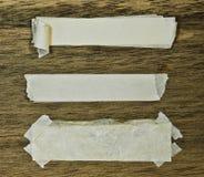 纸带被撕毁的木头 图库摄影