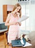 读纸张文件的孕妇 免版税库存照片