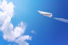 纸张飞行天空 免版税图库摄影