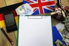 纸形式在一张木桌上的纹理与礼物盒包装了mo 库存照片