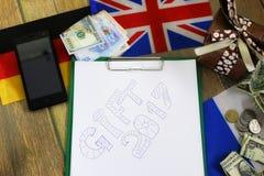 纸形式在一张木桌上的纹理与礼物盒包装了mo 免版税库存图片