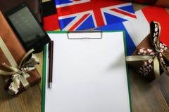 纸形式在一张木桌上的纹理与礼物盒包装了mo 图库摄影