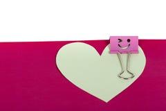 纸心脏与面带笑容的被别住的桃红色黏合剂 库存图片