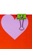 纸心脏与面带笑容的被别住的绿色黏合剂 图库摄影