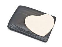 纸心脏在一个黑皮革钱包里 免版税图库摄影