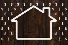 纸房子在美元雨,金钱概念中 抽象概念性图象 免版税库存照片