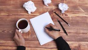 纸手想法和启发 库存照片