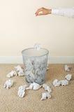 纸投掷的妇女 库存图片