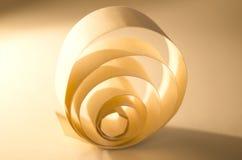 纸抽象卷毛  光和阴影在金黄背景 图库摄影