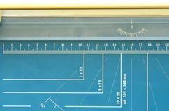 纸断头台,有测量的特点的切纸机 库存图片
