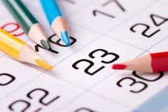 纸日历和铅笔在桌上 图库摄影
