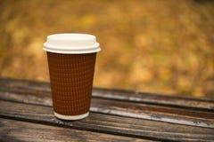 纸杯拿走咖啡 免版税库存图片