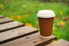 纸杯拿走咖啡 库存图片