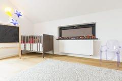 纸板徒步旅行队在一个小婴孩的室 免版税图库摄影