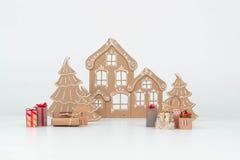 纸板房子和树在白色背景 库存照片