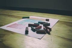 纸板料和颜色白垩 免版税库存图片
