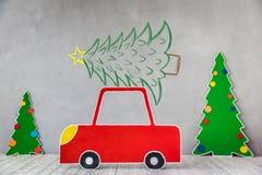 纸板汽车和圣诞树 免版税库存照片