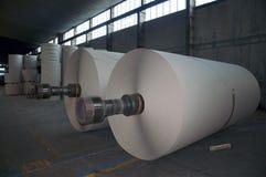 纸板磨房纸张工厂黏浆状物质卷 库存照片