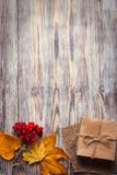 纸板箱栓与在一把弓的串在木背景我 库存图片