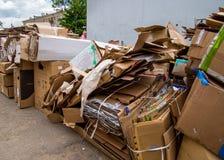 纸板箱被堆积在废纸招待会点 免版税库存图片