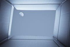 从纸板箱里边的看法 在天空的全月亮在t之外 免版税图库摄影