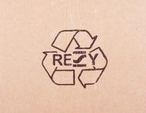 纸板被撕毁的片断与回收标志 免版税图库摄影