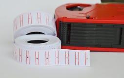 贴纸标记和价格递白色背景的贴标签机 免版税库存照片