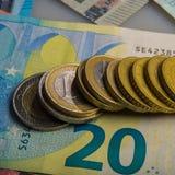 纸欧洲钞票和硬币 硬币是一欧元 免版税图库摄影