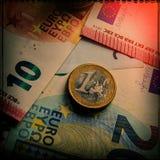 纸欧洲钞票和硬币 硬币是一欧元 图库摄影