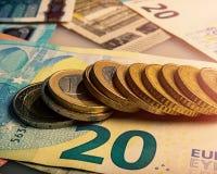 纸欧洲钞票和硬币 硬币是一欧元 免版税库存照片