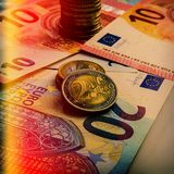 纸欧洲钞票和硬币 硬币是两欧元 免版税库存照片