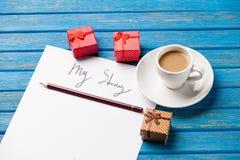 纸照片我的故事、逗人喜爱的礼物和咖啡在被赢取的 免版税图库摄影