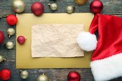 纸片与圣诞老人帽子的 免版税库存图片