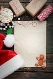 纸片与圣诞老人帽子的 库存图片