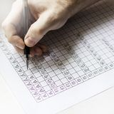 纸片与汉字的有笔的, Th和手 库存图片
