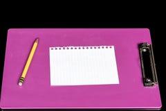 纸片在一桃红色clipbord的 库存照片