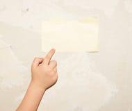 纸片在墙壁上的 库存照片
