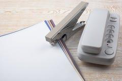 纸片在木纹理的和办公室辅助部件 库存图片