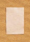 纸片在沙子的 免版税库存照片