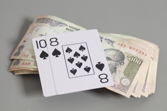 纸牌和印地安货币卢比钞票 免版税库存图片
