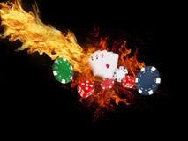 纸牌和芯片在火 赌博娱乐场概念 免版税库存图片