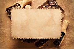 纸牌和茶干叶子在背景中 免版税库存照片