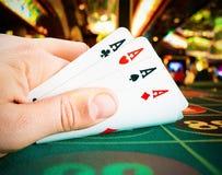 纸牌在一只人手上在赌博娱乐场 免版税库存照片