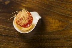 纸牌游戏与番石榴果冻的乳酪奶油甜点和乳脂状的棒子面在匙子结块 免版税图库摄影