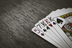 纸牌游戏手-三张相同的牌 形成啤牌三张相同的牌手的五张纸牌特写镜头视图  免版税库存图片
