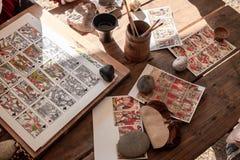 纸牌的生产 手工工作 免版税库存照片