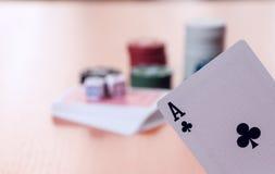 纸牌筹码和普通纸牌 库存图片