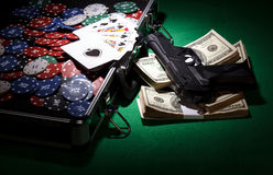 纸牌筹码和枪 免版税库存图片