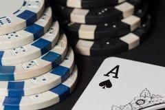 纸牌筹码和看板卡 3d高例证图象解决方法 库存照片
