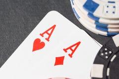 纸牌筹码和看板卡 3d高例证图象解决方法 免版税库存图片